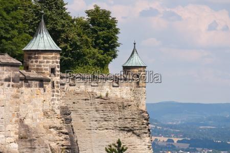 parede fortificada com torre