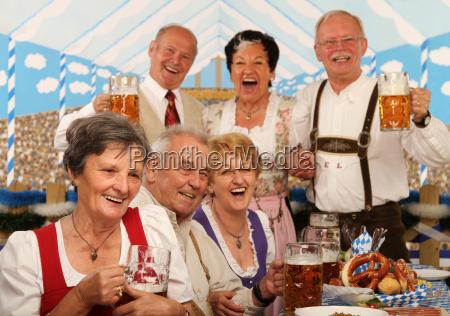 pensionistas na barraca da cerveja