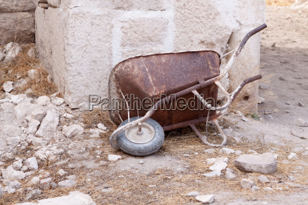carrinho de mao oxidado velho