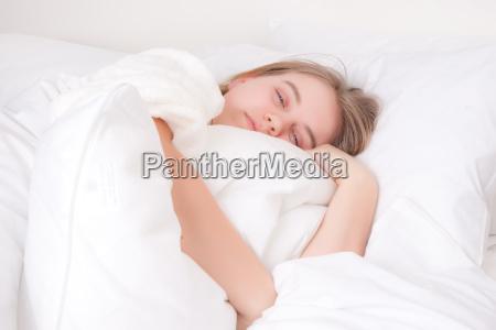 feminino adolescente cama pessoa sono adormecido