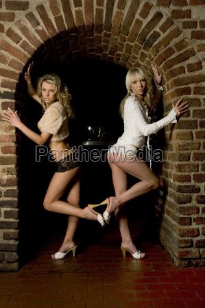 mulher pernas peito sensual bunda alvenaria