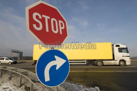 sinais de transito na entrada da