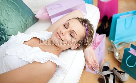 mulher feliz que relaxa apos a