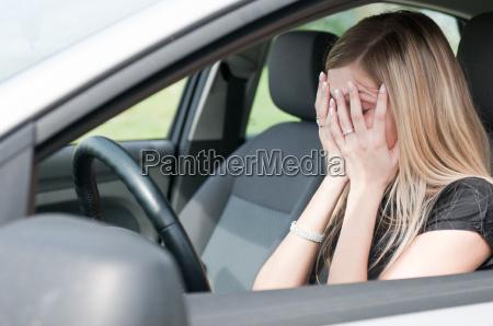 nos problemas mulher infeliz no carro