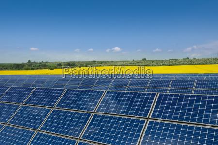 modulos solares na frente de um
