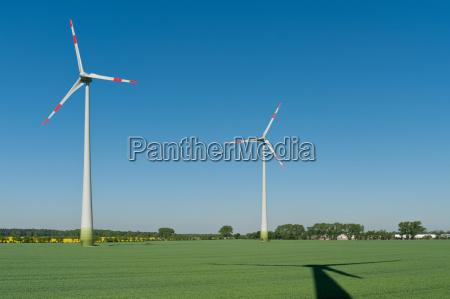 motocicletas do vento em um campo