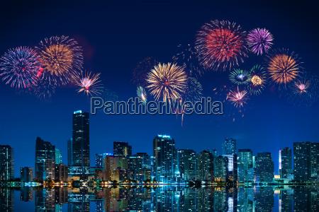 fogos de artificio grandes sobre o