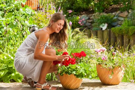 jardim no verao mulher feliz com