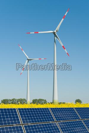 modulos solares e turbinas eolicas em