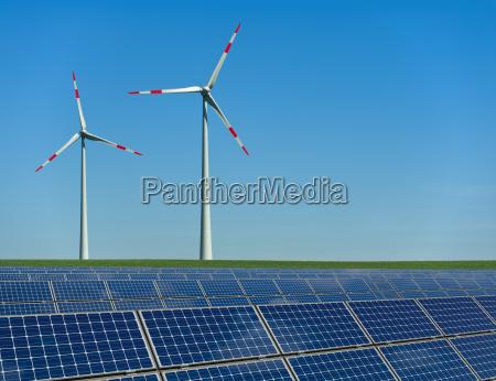 turbinas eolicas e modulos solares em
