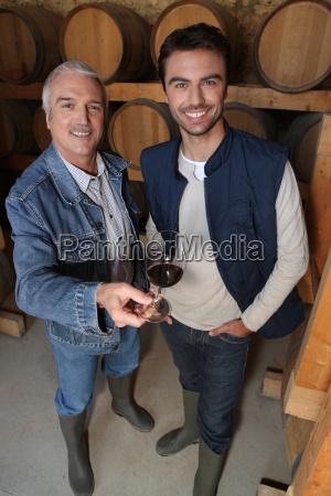 sorrindo viticultores na adega