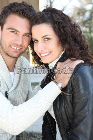 ung mand og ung kvinde smilende