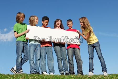 grupo de criancas diversas que guardaram