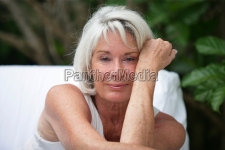 mujer de pelo gris se sento