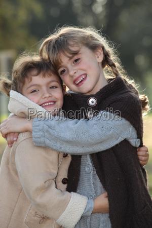 cena terna de duas meninas abracando