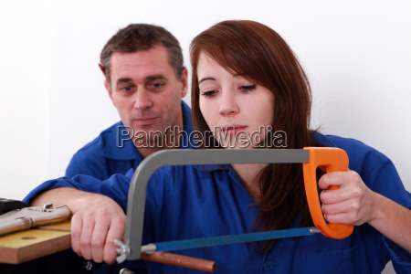 canalizador femea do aprendiz que sawing