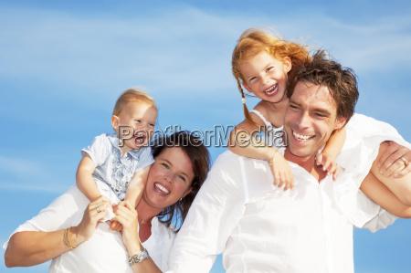 junge glueckliche familie
