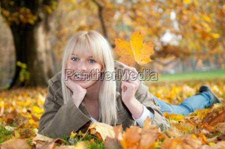 adolescente na folha do outono