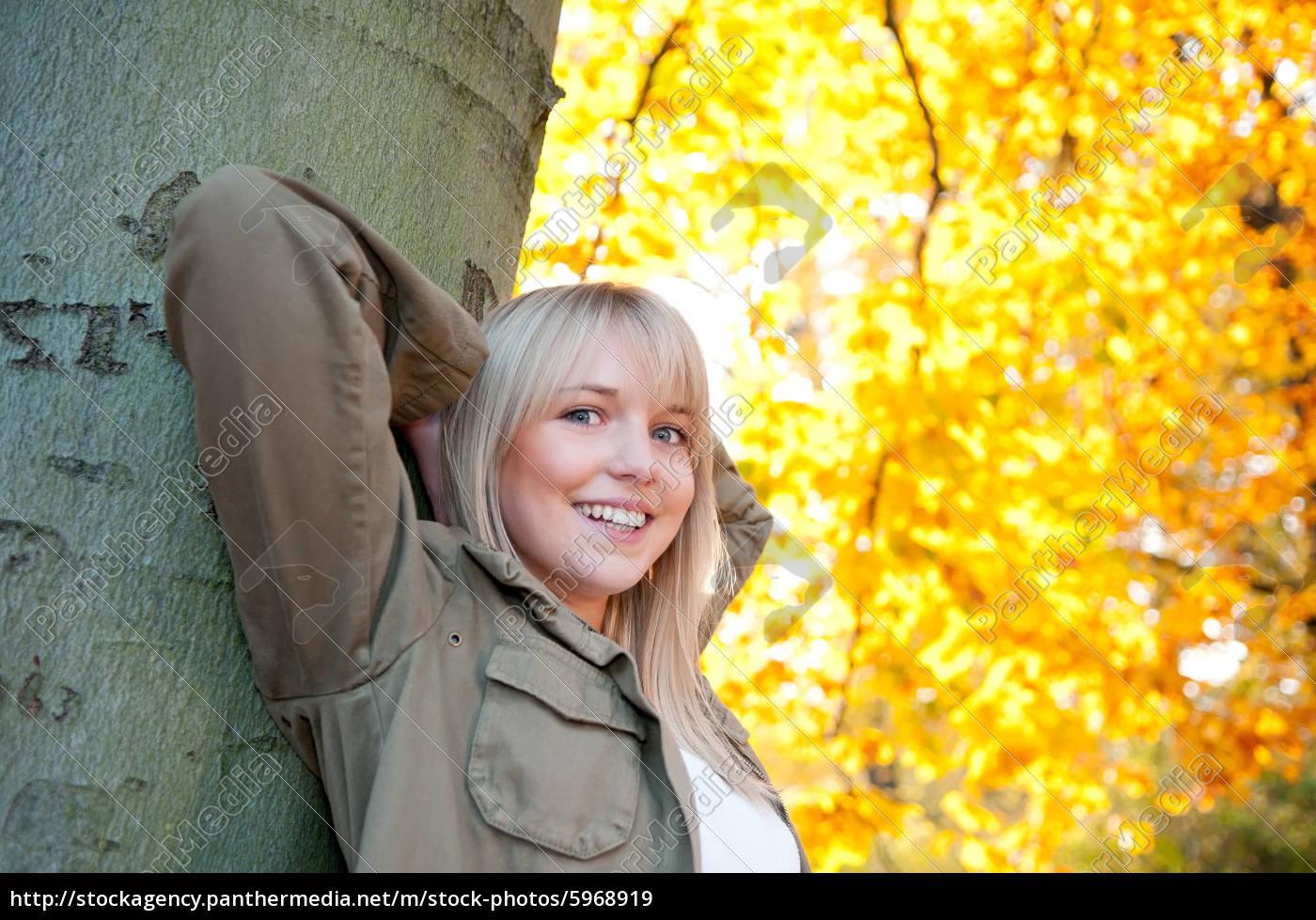 jovem, está, em, uma, árvore - 5968919