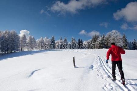 esqui cross country jovem em um