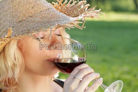 mulher beber bebida retrato vinho verao
