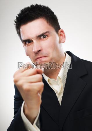 punho empresario raiva apontando homem