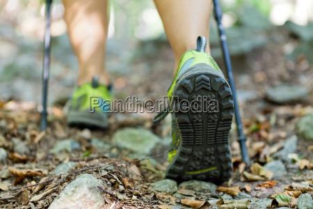 mulher exercitar floresta