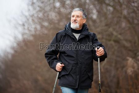 caminhada nordica do homem senior