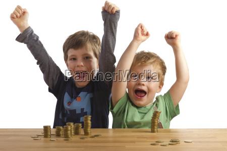 dois caras torcendo antes pilhas de