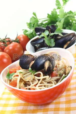 spaghetti with mussels and fresh parsley