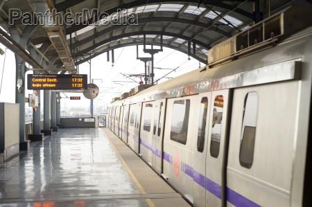 estacao trem veiculo transporte metro ir