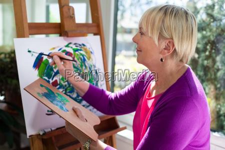 pintura idosa feliz da mulher para