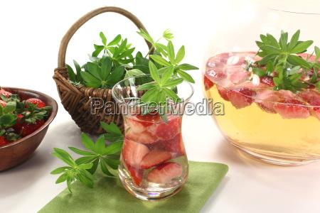 maibowle com morangos e asperula