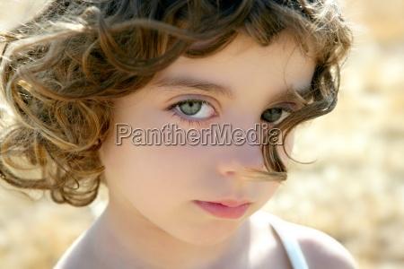 pouco outdoo retrato bonito da menina