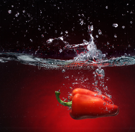 pimenta vermelha que cai na agua