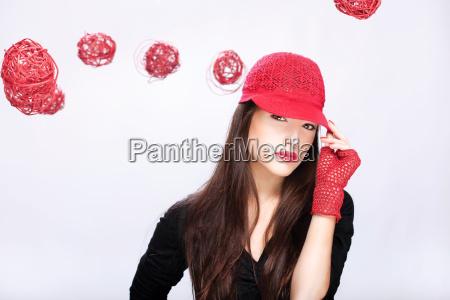 mulher com chapeu vermelho entre bolas