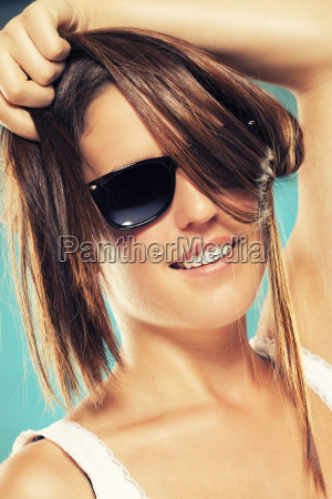 mulher nova com oculos de sol