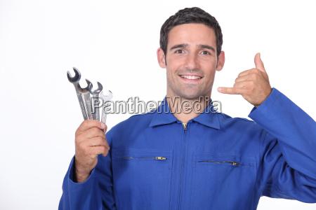 homem com chaves inglesas fazendo uma