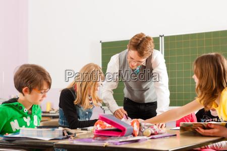os schoolchildren e os professores aprendem