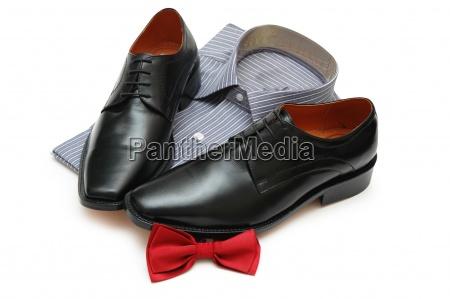 par de sapatos pretos camisa nova