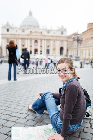 turista jovem e jovem que estuda