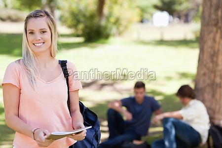 mulher estudo risadinha sorrisos feminino arvore
