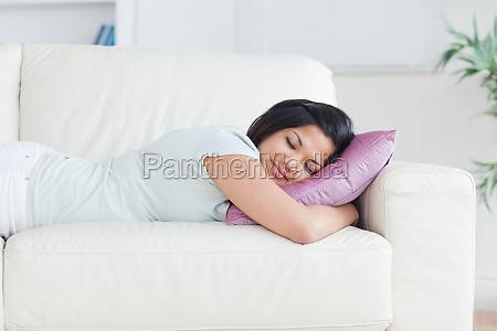 mulher dormindo em um sofa com