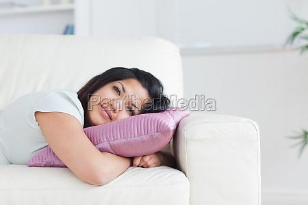 mulher relaxante em um sofa enquanto