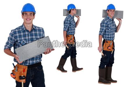 trabalhador transportando bloco brisa