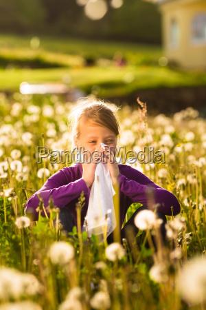 menina sentada no prado com dentes