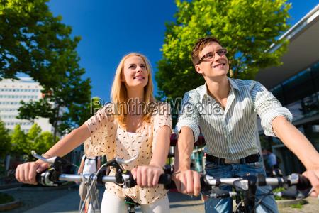 casal na cidade de conducao com