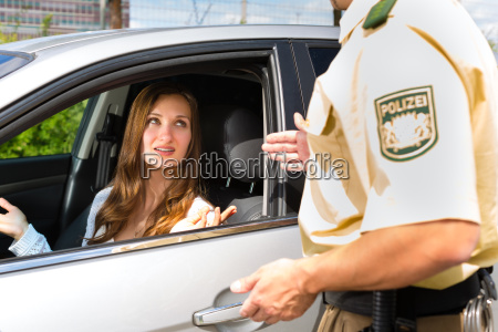 mulher com policial ou patrulha da