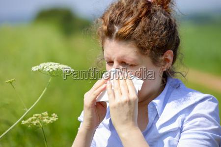 mulher com uma gripe ou uma