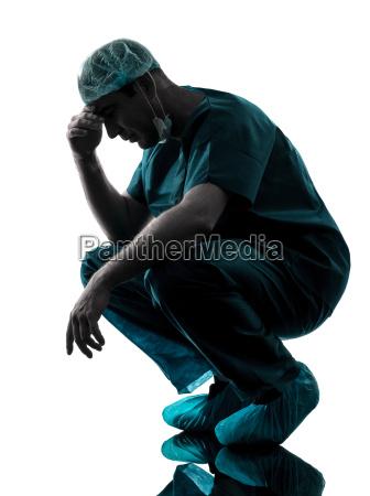 medico cirurgiao homem desespero fadiga cansado